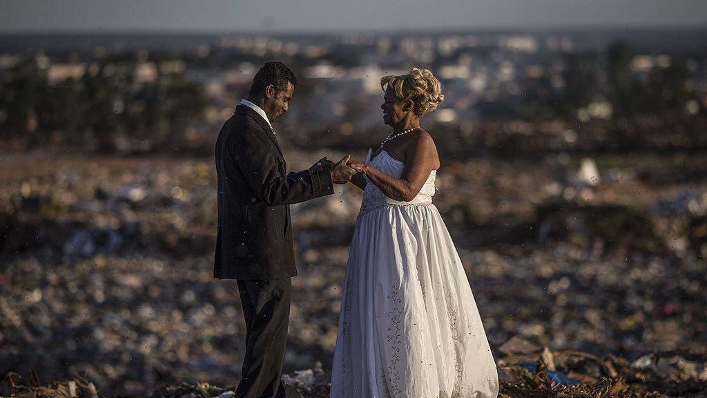 La pareja, durante la boda en el basurero. / Efe