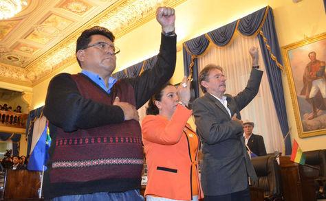 Los senadors Efraín Chambi, Patricia Gómez y Erwin Rivero juran a los cargos de Primer Secretario; Segunda Secretaria; Tercer Secretario.