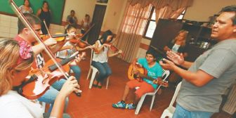 Niños y jóvenes no videntes cumplen su sueño  de tocar música en una orquesta