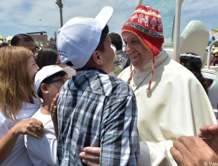 Francisco vistió por un momento un tradicional gorro peruano