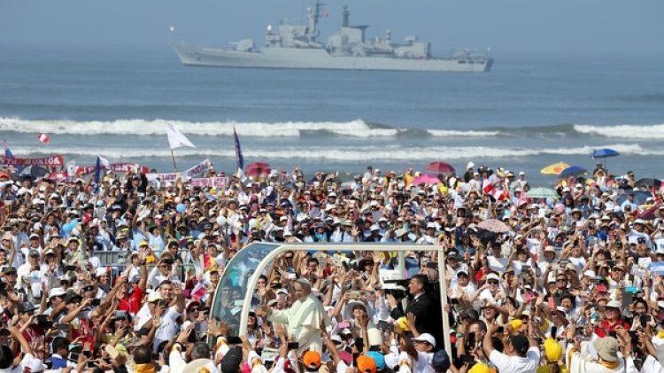 El Papa recorre la playa de Huanchaco, en Trujillo (Reuters)