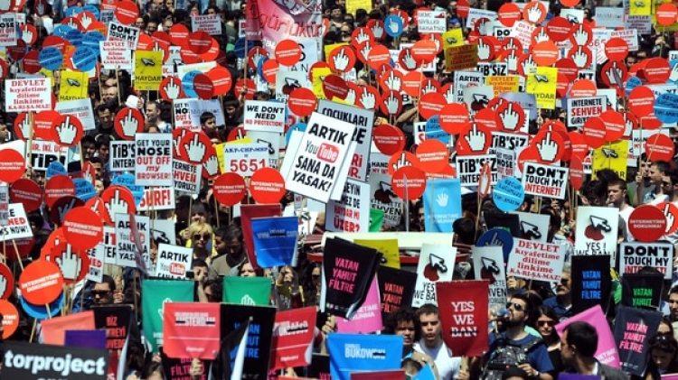 Una protesta en Turquía contra la censura en la prensa y en internet