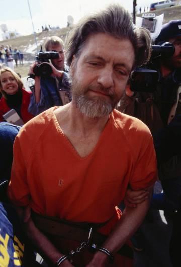 Oficiales de policía trasladan a Theodore Kaczynski, Unabomber, al juzgado, en 1996.
