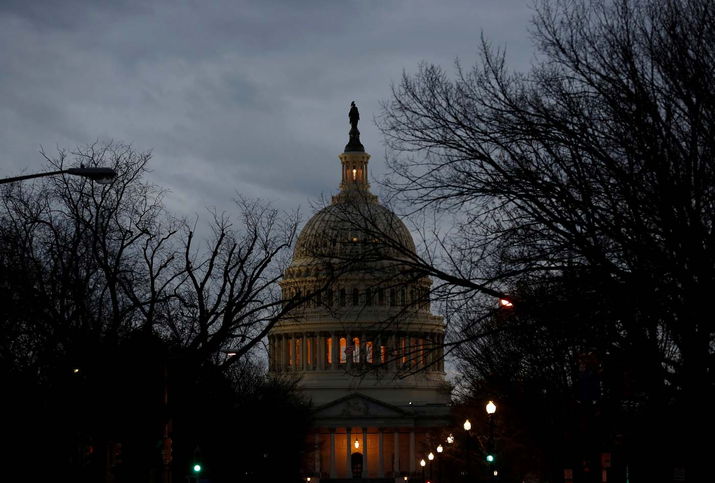 En la imagen, el Capitolio durante el segundo día de cierre del Gobierno federal, el 21 de enero de 2018.  REUTERS/Joshua Roberts