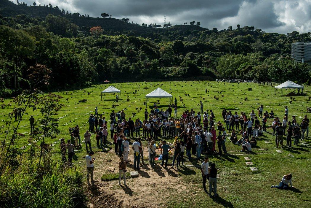 El último adiós en las tumbas de José Alejandro Díaz Pimentel y Abraham Agostini, ambos asesinados en el enfrentamiento con fuerzas gubernamentales. Credit Meridith Kohut para The New York Times