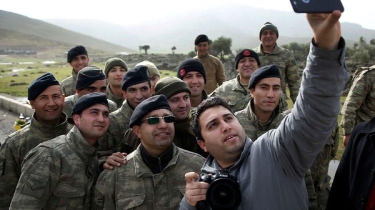 Soldados turcos posan para una selfie (AP)