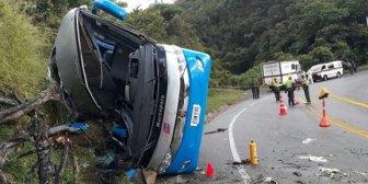 Al menos cinco muertos y 14 heridos en el accidente de un autobús en Colombia