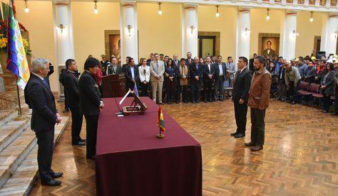Javier Zabaleta y Alfredo Rada juran a los cargos de ministros de Defensa y de la Presidencia. Foto: APG