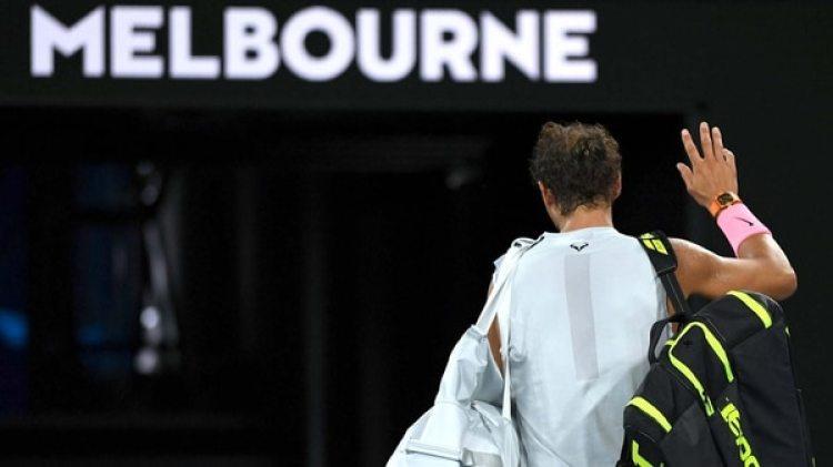 Rafael Nadal, máximo favorito al título, se retira de Melbourne Park tras ser eliminado del Abierto de Australia (EFE/ Lukas Coch)