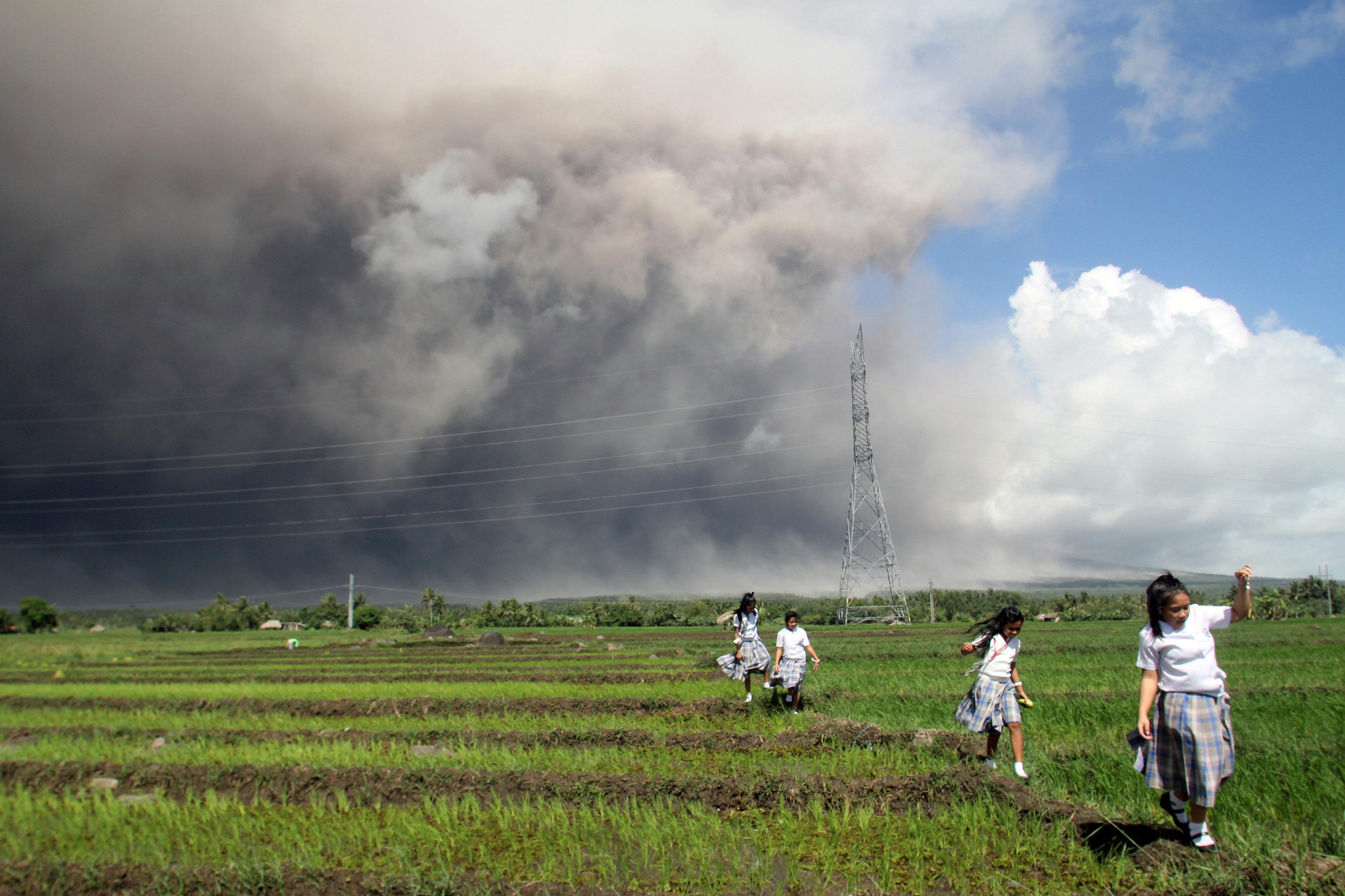 El volcán más activo de Filipinas arrojó chorros de lava y enormes columnas de cenizas durante la noche del lunes y la mañana del martes, después de que las autoridades advirtieran de una inminente y violenta erupción (Reuters)