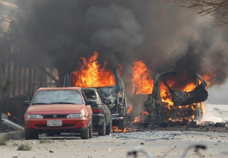 Algunos autos quemados frente a la sede de la ONG (REUTERS/Parwiz)