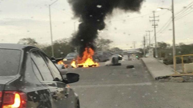 Varios neumáticos fueron quemados por presuntos integrantes del crimen organizado para evitar el paso de las autoridades.
