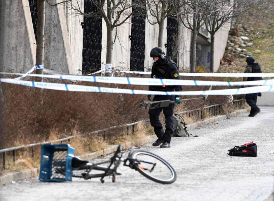 Perímetro policial en la estación de metro de Varby Gard donde un hombre murió tras la explosión de una granada que había recogido creyendo que era un juguete. Estocolmo, 7 de enero de 2018. (Reuters)