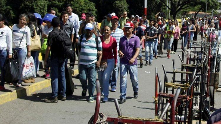 Venezolanos en la frontera con Colombia. (Reuters archivo)