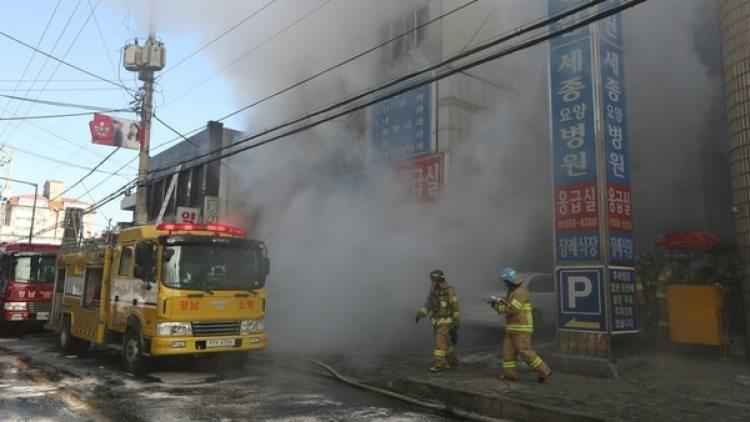 El cuerpo de bomberos surcoreano intenta sofocar las llamas y rescatar a las víctimas. (Reuters)