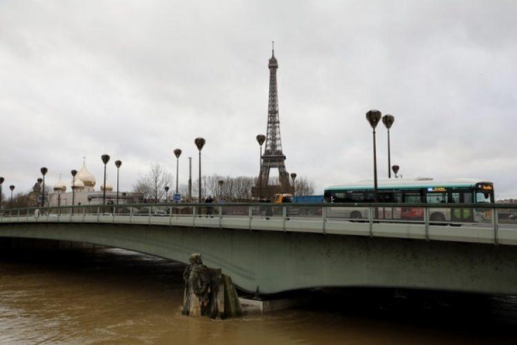El agua, a niveles inusuales bajo el Puente del Alma, con la Torre Eiffel de fondo (AFP)
