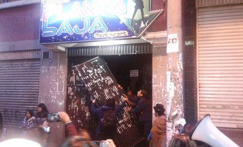 Jóvenes arrancan la puerta principal de la discoteca Planta Baja en la Figueroa. Hubo destrozos en el interior.