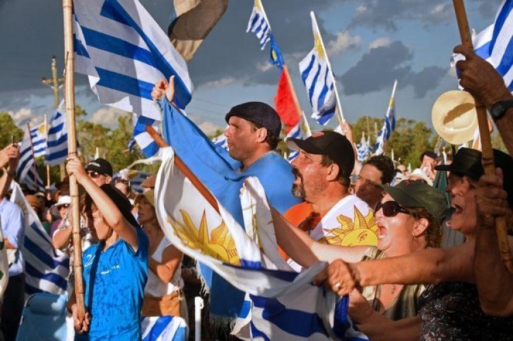 Agricultores, comerciantes y contratistas se manifestaron en Durazno, a casi 200 kilómetros de Montevideo (AFP)