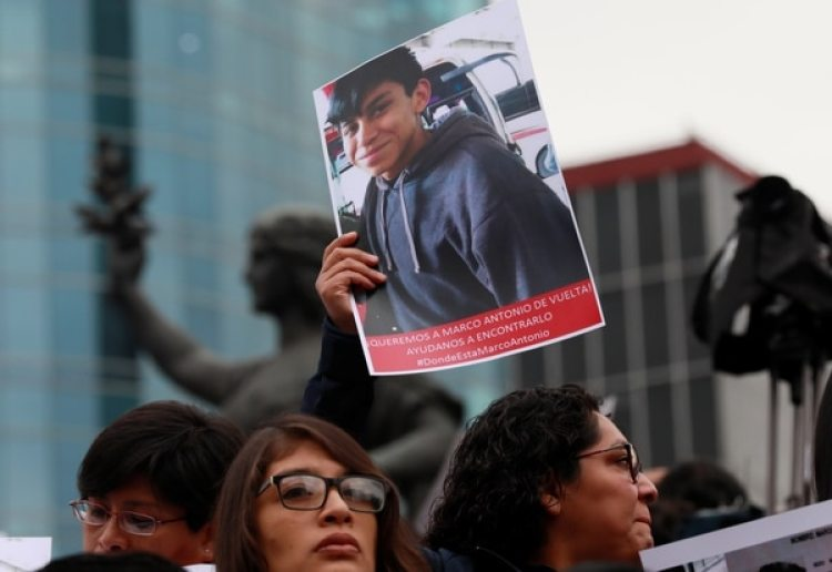 Un manifestante con la foto de Marco Antonio Sanchez durante una marcha en Ciudad de Mëxico, (REUTERS/Henry Romero)