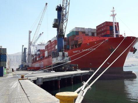 Una embarcación con contenedores se apresta a descargar la mercancía en el puerto de Iquique.