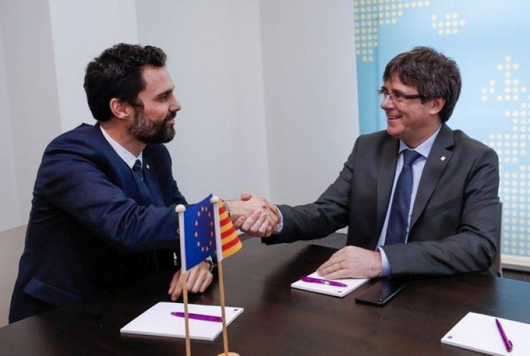 El destituido presidente catalán Carles Puigdemont y el presidente del parlamento Roger Torrent, durante su encuentro en Bruselas (REUTERS/Yves Herman)