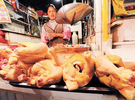 Alimentación. Un puesto de venta de pollo en el mercado de Villa Fátima.