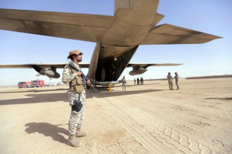 Un soldado saudita custodia un avión de carga en un aeródromo yemení(AFP)