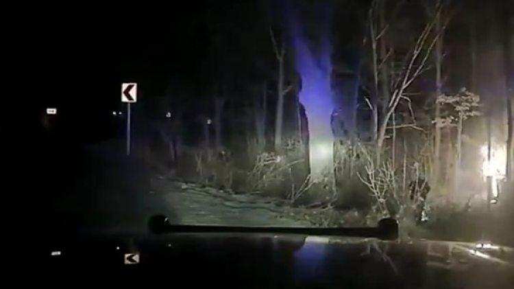 Tras volcar, el auto se prendió fuego y el joven quedó atrapado