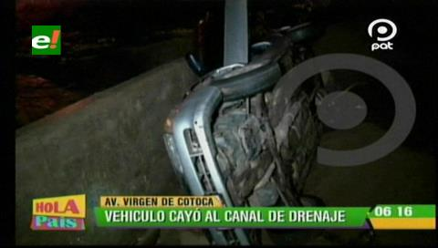 Vehículo cae al canal de drenaje por falta de señalización