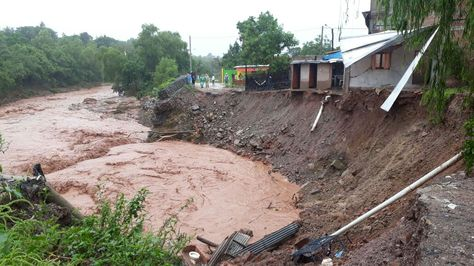 La crecida del río que atraviesa Yacuiba afectó a viviendas del lugar.