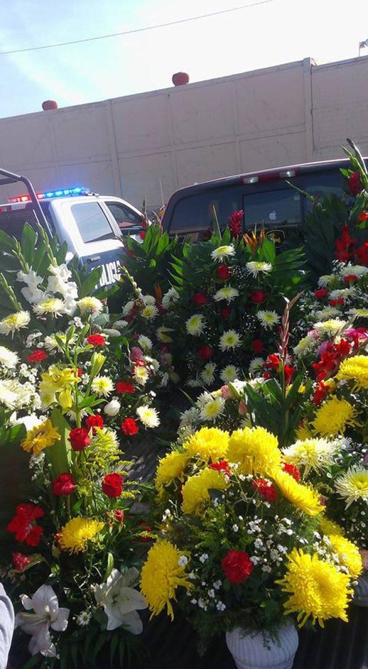Los policías municipales utilizaron dos camionetas oficiales para llevar las flores al panteón donde fue enterrada María Asunción