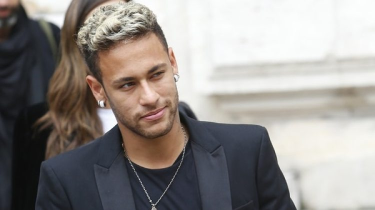 Neymar estuvo presente en el Paris Fashion Week Spring (Grosby)
