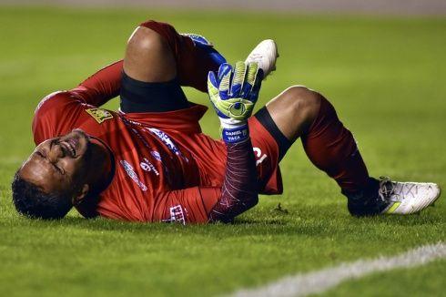 Daniel Vaca se queja de dolor tras la fractura. Foto: APG