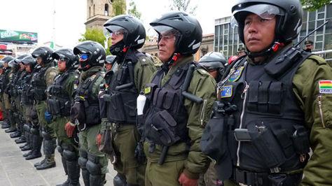 Efectivos policiales de Bolivia en formación para control rutinario (archivo).