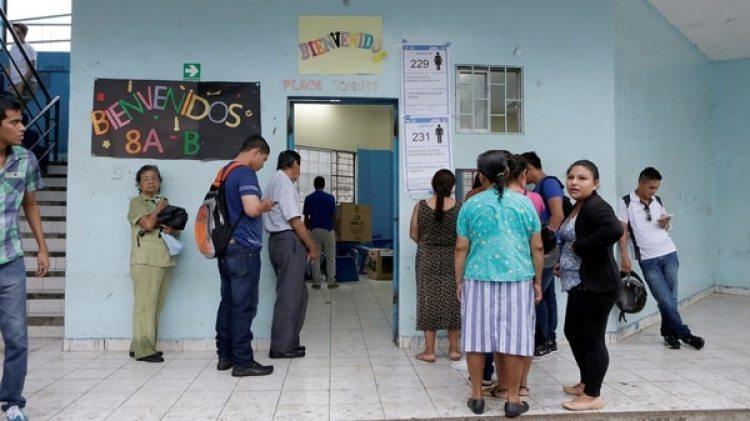 Los ecuatorianos responderán a siete preguntas, cinco de las cuales están enmarcadas como de referéndum y otras dos como consulta popular (Reuters)