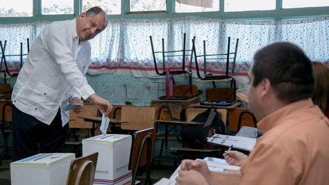 El presidente Luis Guillermo Solis emitiendo su voto en la capital de Costa Rica.