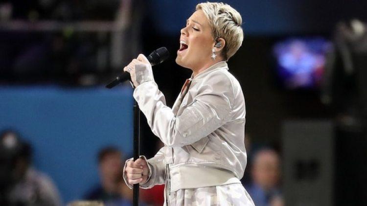 Pink, de 38 años, fue la artista elegida para entonar la canción patria en el U.S. Bank Stadium (AFP)