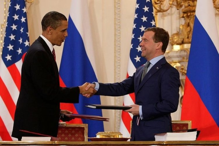 Los presidentes de Rusia, Dmitri Medvédev, y de Estados Unidos, Barack Obama, durante la firma del Nuevo START en Praga en 2010