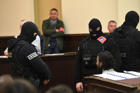 Agentes de policía enmascarados custodian al único superviviente de los yihadistas que mataron a 130 personas en París