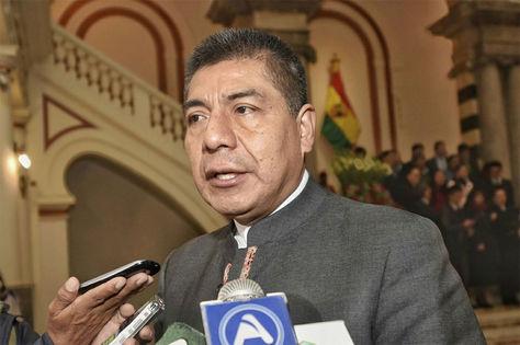 El Canciller Fernando Huanacuni declara a medios de prensa.
