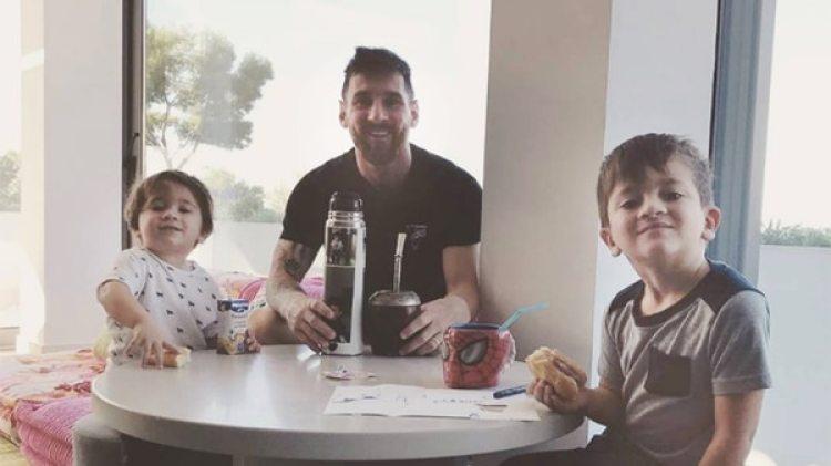 Messi con Mateo –izq– y Mateo –der–