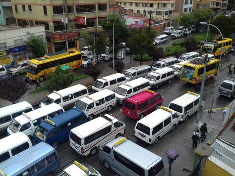Transportistas bloquean la calle 17 de Obrajes en la zona Sur