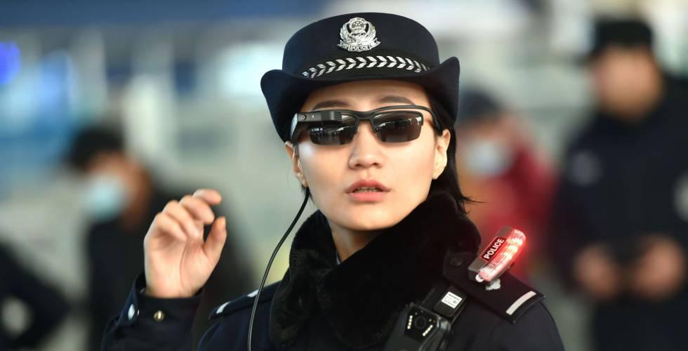 Una agente de policía en Zhengzhou usando las gafas con tecnología de reconocimiento facial.