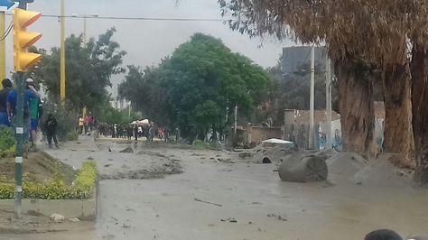 Bomberos rescatan dos cuerpos sepultados por desborde de río en Bolivia