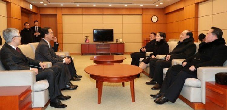 Las dos delegaciones reunidas, frente a frente, en un histórica reunión en Corea del Sur.