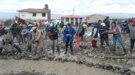 Vecinos y trabajadores de Tiquipaya colocan defensivos en la zona afectada por la mazamorra. Foto: Fernando Cartagena