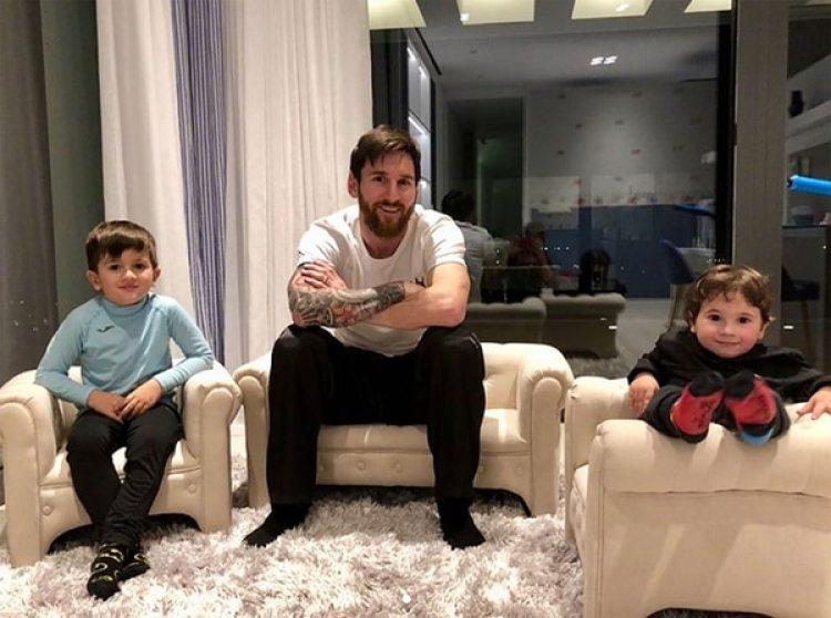 Lionel Messi en compañía de sus dos hijos: Thiago y Mateo (@leomessi)