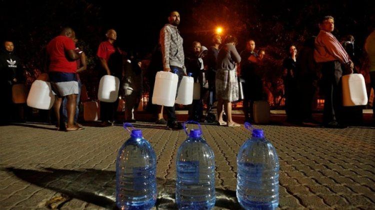 Los capenses sólo tienen acceso a unos 50 litros de agua al día para todo tipo de uso (Reuters)