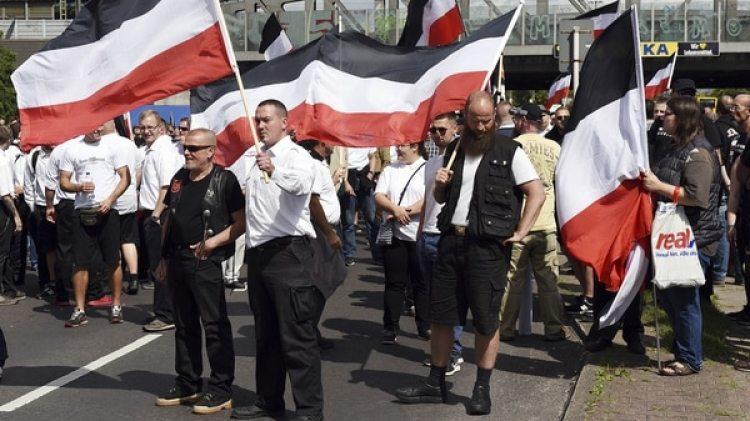 Militantes neo-nazi alemanes conmemoran en 2017 la muerte de Adolf Hitler. El país prohíbe el uso de símbolos y leyendas en favor del nazismo, por lo que los manifestantes portan en cambio la vieja bandera el Imperio Alemán (AP)