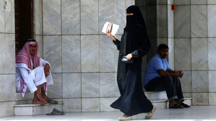 Una mujer saudita cubierta con un abaya (Reuters)